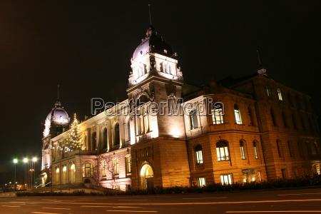 historisk nat nattetid belyst lanterner juletrae
