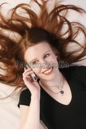 kvinde samtale telefon fnise smiler mobil