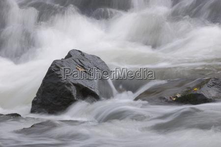 lys sten baek vandfald splash gra