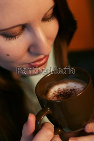 kvinde cafe kop hand drikke drukket