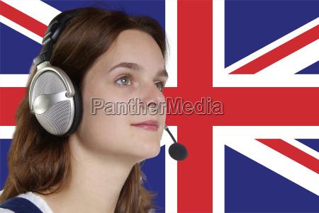 mujer con un audifono