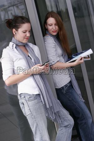 2 unge kvinder i fritiden