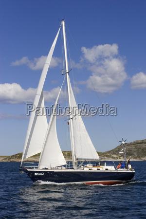 sejler yacht under sejl i fjorden