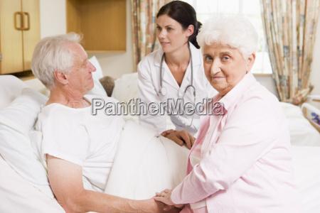 laege taler med senior par