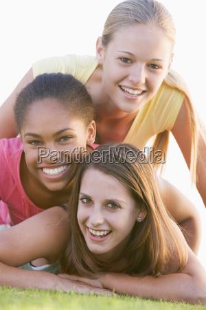 teenage piger have det sjovt udendors