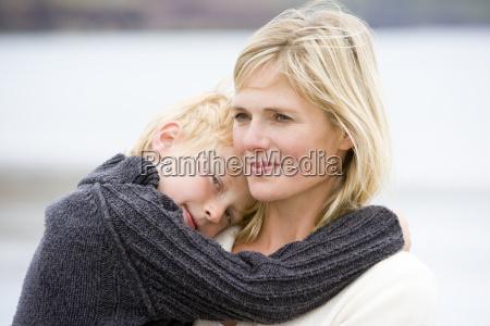 mor bedrift son pa stranden smilende