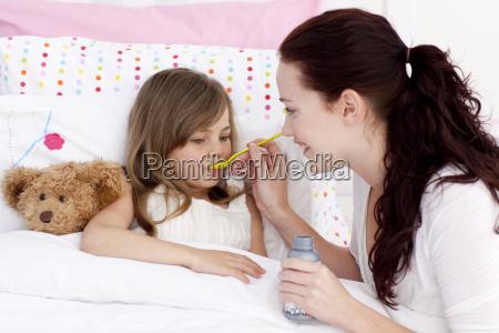 lille pige i sengen at tage