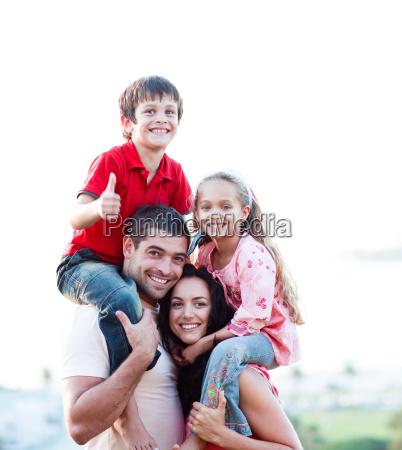 foraeldre giver born piggyback rides