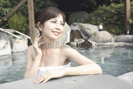 japansk kvinde iblodsaetning open air bad