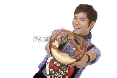 asiatisk mand i laederbukser holder breze