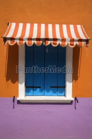farverigt vindue med markise