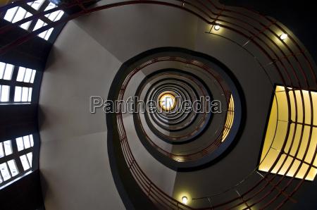 hus bygning spiral trappe op ad