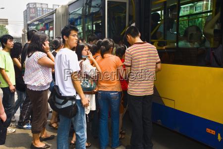 passagerer bording i en bus beijing