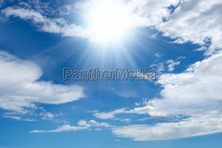 bright sol og skyer
