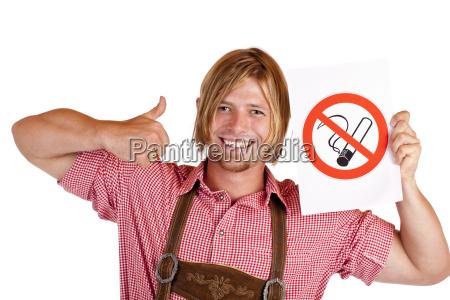 mand i laederbukser holder ikke ryger