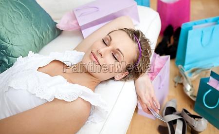 glad kvinde afslapning efter shopping omgivet
