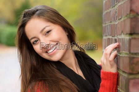 kvinde fnise smiler sten brun mur