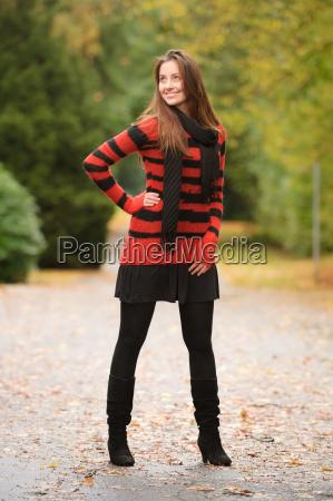 kvinde fnise smiler park stribet sweater