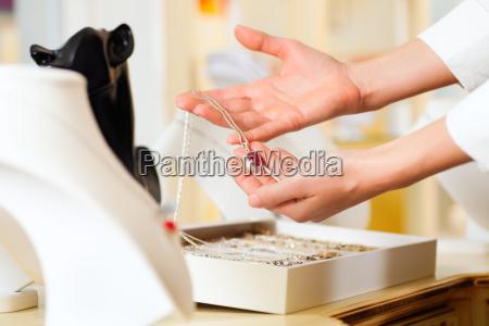 kvinde hand haender smykker juveler kostbare