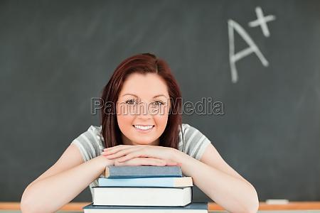 kvinde studere studie fnise smiler skrive