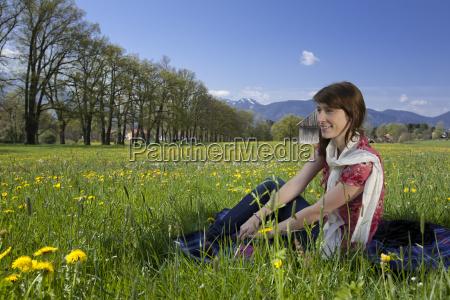 kvinde forar var blomstereng sidde unge