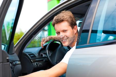 mand i bil pa tankstation