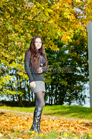 ung kvinde i efterarsfarver natur