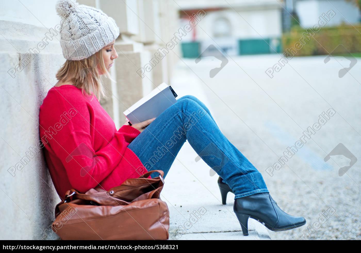 ung, kvinde, læse, en, bog - 5368321