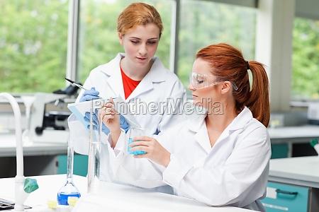 videnskabs studerende taler om deres eksperiment
