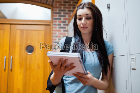 kvinde studere studie hall fnise smiler