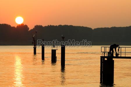 solnedgang refleksion aftenrode baek spejlbillede silhuet