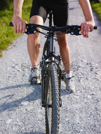 ung mand traening pa mountainbike