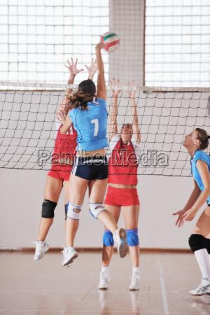 piger spiller volleyball indendors spil