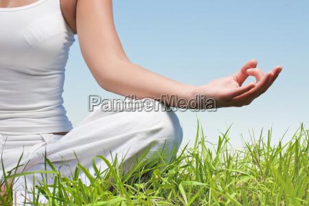 closeup af kvinde haender i yoga