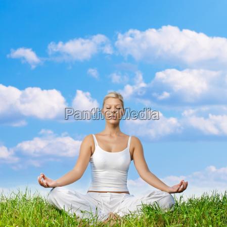 kvinde afslapning balance meditation harmoni afbalanceret