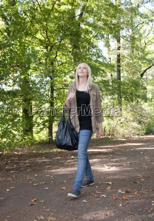 ung kvinde gature i parken
