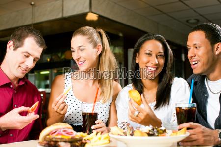 venner spise hamburger og drikke cola