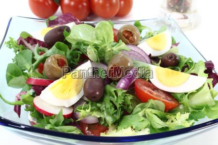 aeg tomater blandet oliven log salat