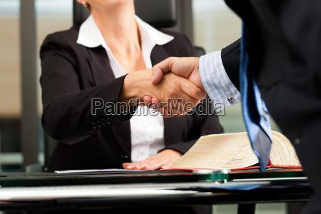 advokat eller notar i hendes kontor