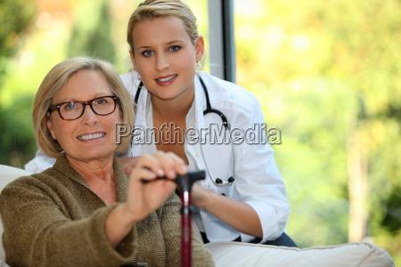 aeldre kvinde med en sygeplejerske