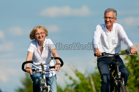 glaedeligt par cykler i naturen om