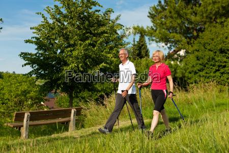 glade aeldre aegtepar stavgang om sommeren