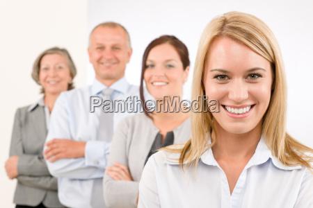business team lykkelig staende i linje