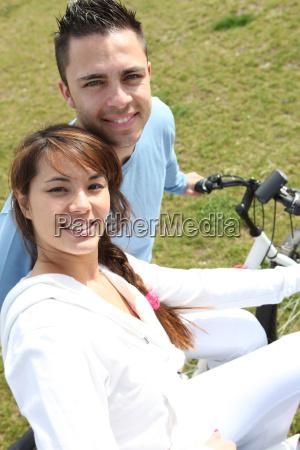 ungt par ridning cykler i en