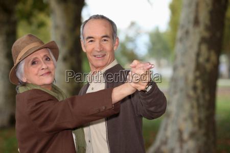 senior par pa en romantisk tur