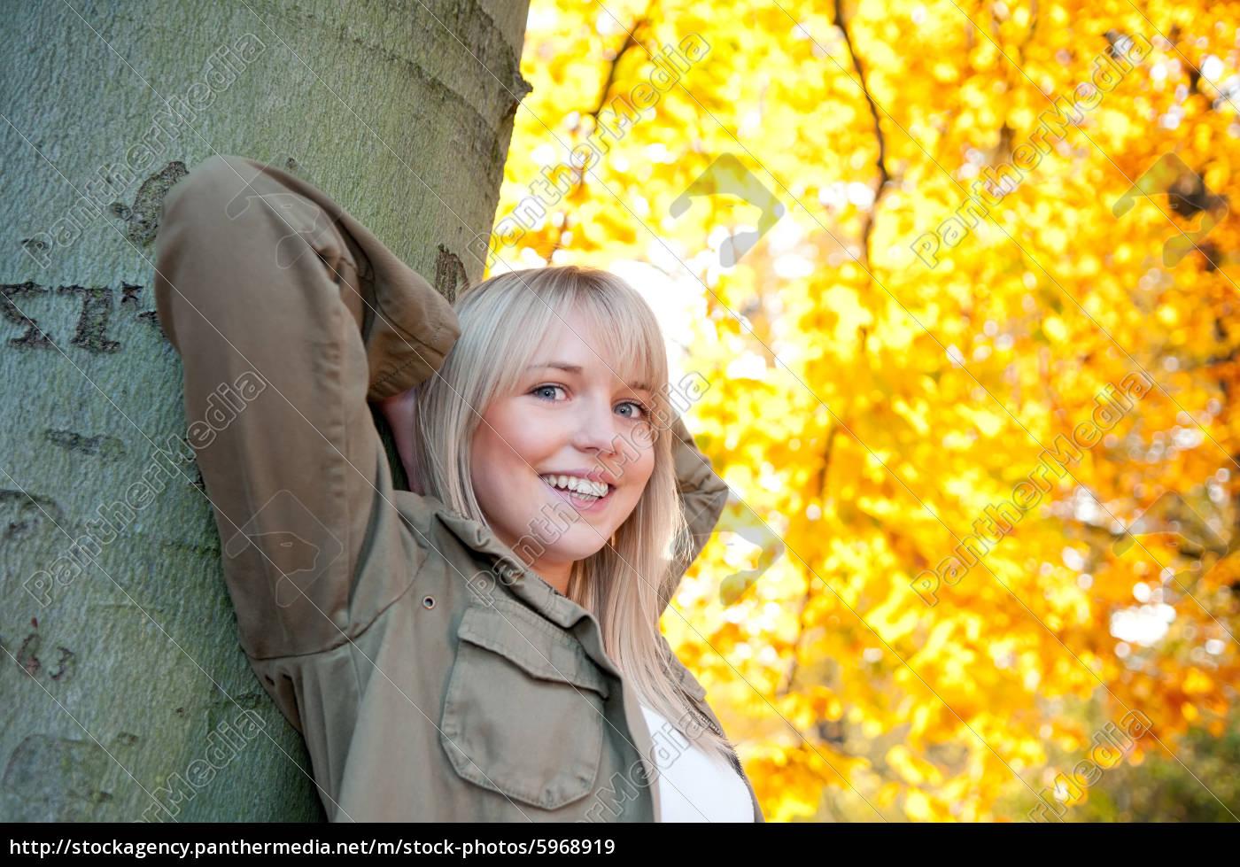 ung, kvinde, står, på, et, træ - 5968919