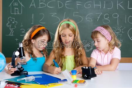 unge gruppe af studerende piger i