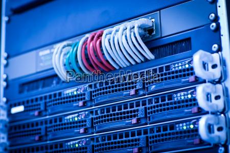 server rack klynge i et datacenter