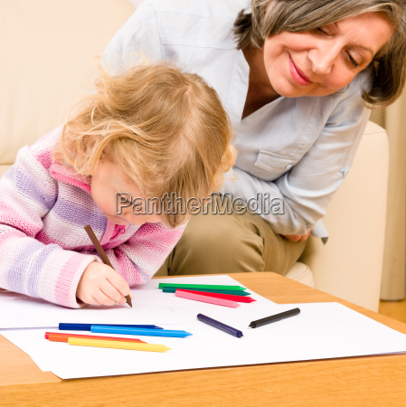 bedstemor og barnebarn tegning derhjemme