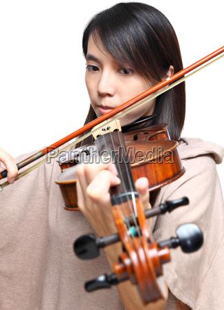ung kvinde spiller violin
